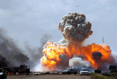 http://www.npa2009.org/sites/default/files/styles/large/public/2011-03-20-bombardement-des-vehicules-des-troupes-fideles-a-kadhafi-par-l-otan.jpg?itok=TRCWsYy6